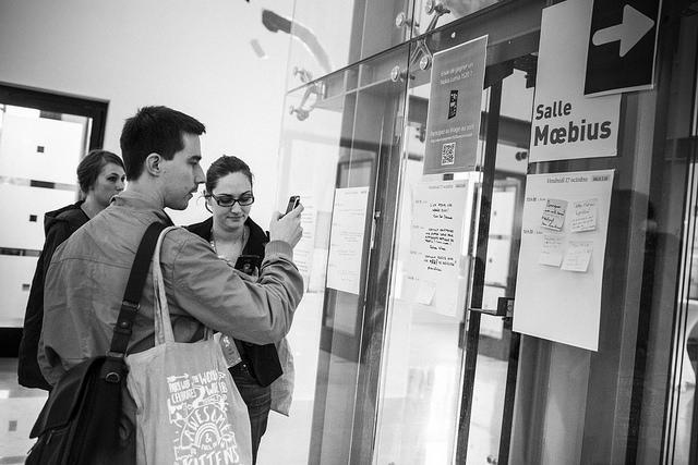 Auditeurs photographiant le tableau d'affichage des informelles pendant les conférences Paris Web 2014