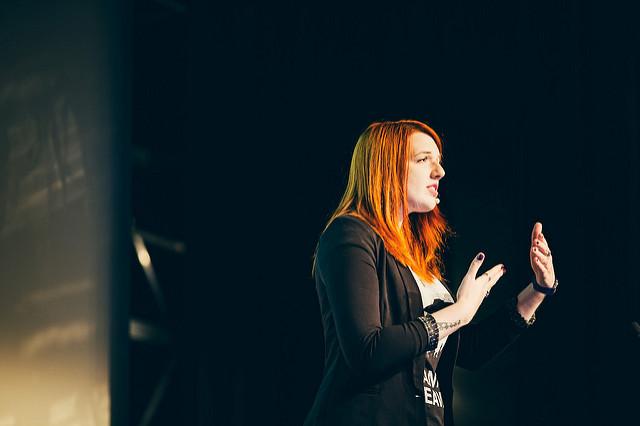 Portrait de Marie Guillaumet pendant sa conférence