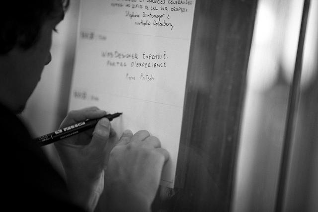 Un staffeur en train de noter les sujets sélectionnés sur le tableau des informelles pendant les conférences Paris Web 2014