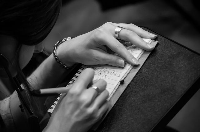 Mains et notes manuscrites sur un cahier, pendant les conférences Paris Web 2013
