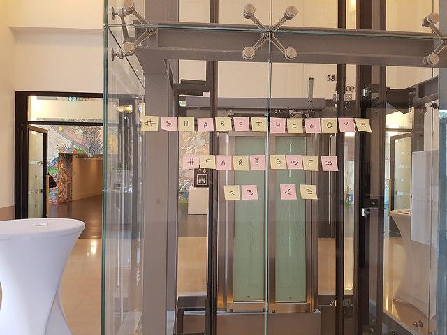 Post-it collés sur la cage de l'ascenceur lors des conférences Paris Web 2016, formant les mots #parisweb #sharethelove