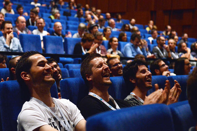 Des auditeurs en train de rire pendant les conférences Paris Web 2016 (à priori pendant les lightning talks)