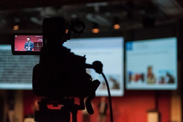 Caméra filmant une conférence pendant Paris Web 2013